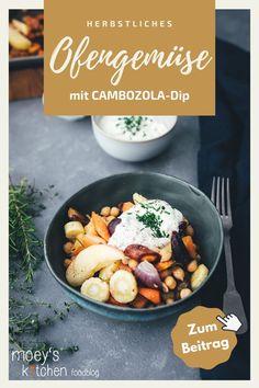 Leckeres Ofengemüse mit cremigem CAMBOZOLA-Dip | Möhren, Süßkartoffeln, Pastinaken und Apfel mit Kichererbsen – serviert mit einem würzigen Blauschimmelkäse-Dip | moeyskitchen.com #ofengemüse #vomblech #sheetpan #onepandinner #vegetarisch #gemüseküche #imherbst #schnellgemacht #rezept #foodblogger