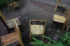 Sillas para terraza en cafetería resistentes a la intemperie hechos de madera de reuso.