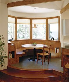 Drop-in dining To accommodate visits from grown children and many grandchildren in his parents' relatively small kitchen, architect Tom Catalano designed this booth for their Maine home. A semicircular nook … Kitchen Booths, Kitchen Benches, Wooden Kitchen, Apartment Interior Design, Interior Decorating, Dining Booth, Dining Area, Mcm House, Indian Home Interior