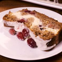 Cranberry Cheesecake Banana Bread We love a good banana bread and we are always looking for endless ways to use Healthy Banana Bread, Best Banana Bread, Banana Bread Recipes, Köstliche Desserts, Delicious Desserts, Yummy Food, Fall Recipes, Sweet Recipes, Gourmet Recipes