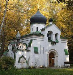 La petite eglise a Abramtsevo, pas loin de Moscou. L eglise a ete construite au 19eme siecle et a decore par le peintre russe celebre Vastnecov . A un moment donne, Abramtsevo est devenu une capitale pour les artistes russes importants : Levitan, Repin, Serov, Vrubel, Polenov et d'autres.