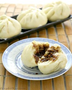 Siopao is a kind of steamed bun usually filled with meat. This easy Siopao has chicken Asado filling. Easy Filipino Recipes, Filipino Dishes, Filipino Desserts, Asian Recipes, Filipino Food, Filipino Siopao Recipe, Pork Asado Siopao Recipe, Guam Recipes, Snacks