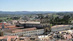 O Mosteiro de Alcobaça começou a ser construído em 1178. Ao longo dos séculos seguintes várias reformas e acréscimos foram sendo realizadas e o complexo virou uma mistura de estilos arquitetónicos, com predominância do gótico, mas com toques manuelinos e barrocos, como a linda fachada do edifício.
