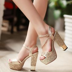 zapatos de quince dorados Fancy Shoes, Pink Shoes, Girls Shoes, Shoes Heels, Shoe Boots, Golden Shoes, Prom Heels, Cute Heels, Fashion Heels