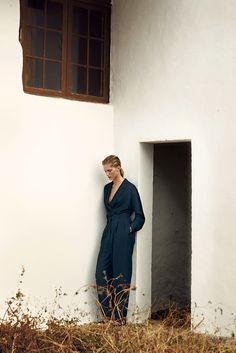 Hermès - Vestiaire d'Été 2014. Tropical tuxedo jacket in midnight blue silk shantung, flat sandals in black suede goatskin. #hermes #womenswear #fashion