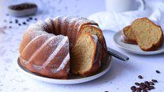 Stejně jako existuje jen hrstka lidí, kteří nemilují kávu, je jen málo těch, kdo pohrdnou skvěle vláčnou akyprou bábovkou. Akdyž spojíte chuť kávy spřednostmi milovaného moučníku, upečete jednoduše dokonalou dobrotu. Sponge Cake, Bagel, Doughnut, Tiramisu, Rum, Bread, Meals, Sweet, Recipes