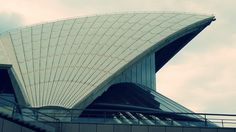 Wat een gave stad. Volop in ontwikkeling, verraden de vele bouwkranen. Ik kom ogen tekort in Sydney. Als een echte toerist hop ik on en off de dubbeldekker bij alle bezienswaardigheden die deze stad rijk is.  https://www.woonspot.nl/artikel/geloof-waardig-5767