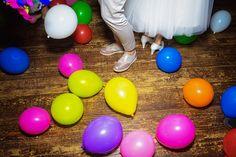 Bei der Hochzeitsparty kann es manchmal wie auf einem riesigen Kindergeburtstag zugehen. Hauptsache alles ist bunt und alle haben Spaß! #hochzeitsparty #hochzeitsballons #hochzeitstanz #hochzeitsdeko