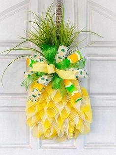 Pineapple decor, Pineapple door hanger, Pineapple wreath, Summer wreath, Summer wreath for front doo Pineapple Wall Decor, Pineapple Gifts, Pineapple Craft, Pineapple Delight, Wreath Crafts, Diy Wreath, Tulle Wreath, Wreath Making, Mesh Wreath Tutorial