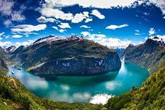 Si vous allez en Norvège pour admirer les merveilles de la Scandinavie, vous ne serez pas déçu. Ce pays offre des paysages parmi les plus élégants du monde. La beauté extraordinaire de la Norvège repose sur la diversité des reliefs, des glaciers de montagnes, dominé par de vastes espaces naturels. Ici, la nature est reine. Tout le monde connaît les fjords norvégiens. Encore faut-il les admirer de ses propres yeux lors par exemple le long du Geirangerfjord, site inscrit au patrimoine mondial…