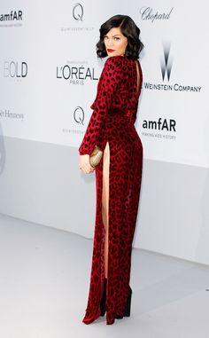 La cantante Jessie J. con uno de los looks más osados de la noche: un vestido largo de estampado de leopardo rojo de Louis Heal, Cannes 2012