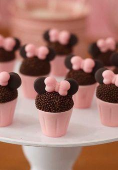 Olha que ideia genial para personalizar o brigadeiro da festa da Minnie. Minnie Mouse Party Decorations, Mickey Mouse Parties, Birthday Party Decorations, Mimi Y Mickey, Bolo Minnie, Unicorn Themed Birthday Party, Mickey Cakes, Cake Pops, Candy