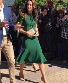 Another winning look for #katemiddleton - visiting Kelowna wearing bespoke @dolcegabbana with neutral accessories. The #DuchessofCambridge tends to stick to solid colour dresses with simple pumps and a clutch. #fashion #dolcegabbana #royalvisitcanada #ootd ❤️  via ✨ @padgram ✨(http://dl.padgram.com)