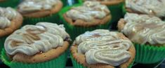 Deze appelcakejes zijn geïnspireerd op mijn moeder's heerlijke appelcake. De karamel en de roomkaas glazuur op de cakejes maken ze extra (extreem!) lekker!