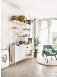 Micasa Wohnzimmer mit Regalkombination HAILEY & Sessel FLORIN Geneva Apartment, Colorful Interiors, Furniture Decor, Shelving, Living Spaces, Loft, Home Decor, Types Of Wood, Contemporary Design