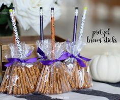 Halloween is just around the corner and you are still confused about the props to be used in the party? Have a look at the amazing DIY Halloween crafts you can make at home instantly. Postres Halloween, Dulces Halloween, Halloween Class Party, Healthy Halloween Treats, Manualidades Halloween, Halloween Treats For Kids, Halloween Gifts, Holidays Halloween, Halloween Decorations