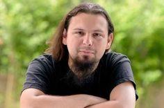 Ultima persoana care a decedat dintre ranitii din incendiul din Colectiv este Liviu Zaharescu, un tanar din Brasov, care lucra ca fotograf pentru o publicatie online de muzica rock.