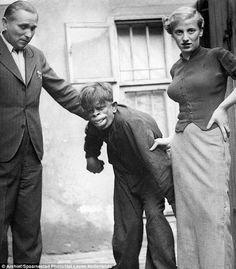 """En 1937, la revista holandesa Het Leven publicaba las fotografías de un increíble ser descubierto en pleno corazón de la selva brasileña. Bautizado concomo """"el hombre mono del amazonas"""", el individuo poseía rasgos humanos y era capaz de caminar casi erguido. Sin embargo, su enormes labios, orejas y ceño fruncido recordaban a la morfología de los primates."""