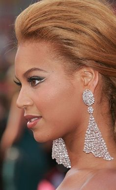 All That Glitters: 25 Memorable Moments in Oscar Jewels - Beyonce at the 2005 Oscars. Jewelry For Her, Fine Jewelry, Unique Jewelry, Moonstone Earrings, Diamond Earrings, Statement Earrings, Big Earrings, Cluster Earrings, Diamond Studs