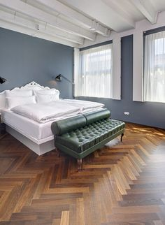 Muji Bed, Master Bedroom, Bedroom Decor, Flat Ideas, Parquet Flooring, Big Houses, Beautiful Bedrooms, Colorful Interiors, Houses