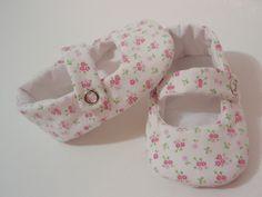 Sapatinho para bebê, confeccionado em tecido de algodão, botão de pressão e estruturado com manta acrílica, que deixa o sapatinho mais fofinho para o pezinho do bebê.    * Tamanho do solado do sapatinho:  11 cm - para bebês de 3 a 7 meses    ** As medidas referem-se ao solado do sapatinho.  Meça ...