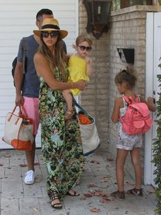 50 Unparalleled Street Style Looks Courtesy of Jessica Alba: En route to a Labor Day party in Malibu, CA, Jessica worked a printed maxi dress with a panama hat and black sandals. Jessica Alba Outfit, Jessica Alba Casual, Jessica Alba Family, Jessica Alba Style, Sun Hats For Women, Denim Fashion, Fashion Photo, Women's Fashion, Summer Outfits Women
