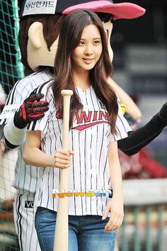 130827+taeyeon+and+seohyun+at+lg+twins+and+nexen+heroes+baseball+game+jamsil+stadium+(110).jpg (500×751)