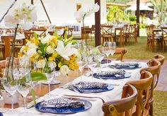 Em um casamento diurno, a Flor e Forma escolheu arranjos em tons amarelados com flores nobres tais como rosas, lírios, alstroemérias e celósias. A composição foi combinada com vasos de orquídeas brancas.