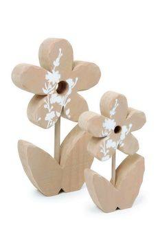 """Deko-Blumen """"Natur"""". 2-er Set. Im naiven Schnitt und schlichter Farbe gehalten, sind diese Holzblumen mit zartem Blütenornament eine dezent schöne Dekoration aus Holz!"""