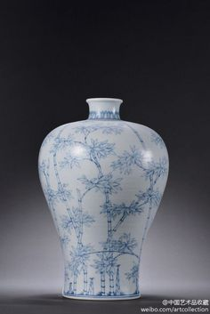#清雍正 青花淡描双勾竹纹梅瓶 Chinese Antiques, Chinoiserie, Asian Art, Oriental, Blue And White, Pottery, Diy Crafts, Vase, Ceramics