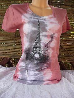 Malované+tričko+s+vůní+Paříže+Ručně+malované+a+batikované+dámské+triko+s+krátkým+rukávem.+Kulatý+výstřih+210g/m2+100%+česaná+bavlna,+interlock.+Výrobce+trika+Lambeste+ +Vzor+ve+vel.XL.+Barva+:+Růžovo-šedé+odstíny+batiky+Barvy+na+textil+jsou+zafixovány.+Praní+ na+30°+Míry:+Obvod+hrudníku:+100cm(+v+klidu)+délka:+72cm.