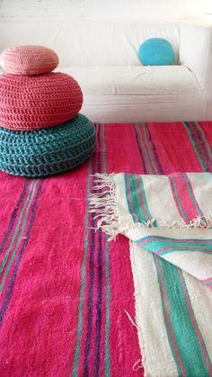 Rose, violet, turquoise et blanc pour ces kilim marocains sur Etsy.