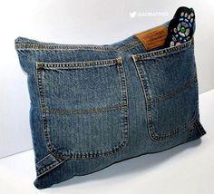"""Que tal aproveitar aquele jeans que não serve mais e fazer uma bela almofada com """"suporte"""" para o controle remoto? :)"""