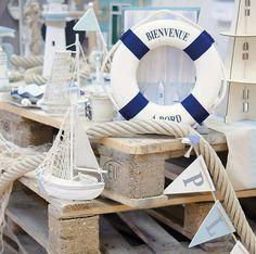 """Decoration thème mer - Cette bouée déco de table sera parfaite pour pour votre décoration thème mer avec sa corde tressé marine et son inscription """"Bienvenue à Bord"""". Idéale pour votre thème Mer : http://www.mariage.fr/bouee-decoration-theme-mer-avec-corde.html"""
