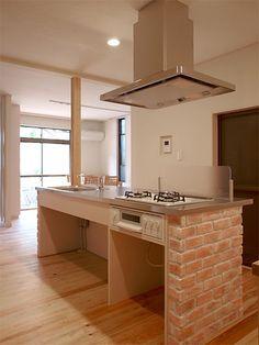 アイランド型キッチン(オリジナル)  木造住宅のリノベーション。区切られていたリビングとダイニングキッチンをワンルームに。キッチンはアイランド型オリジナルキッチン。台の部分にブリックタイル貼り。