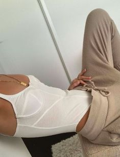 beige outfit to wear at home. How to stay home and look stylish. The perfect beige sweatpants to wear with a white leotard Beige Outfit, Mode Outfits, Fashion Outfits, Fashion Tips, Fashion Hacks, Trendy Outfits, Looks Style, My Style, Mode Ootd
