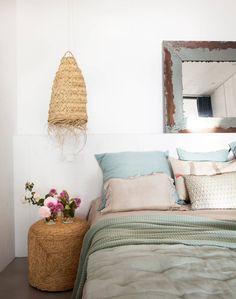 O casal ideal no quarto: cabeceira e mesa lateral Furniture Decor, Cottage, Ceiling Lights, Throw Pillows, Interior Design, Bedroom, House, Home Decor, Ideas Decoración