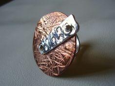 Anel confeccionado artesanalmente em prata e cobre.