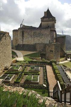 Château de Castelnaud ~ Dordogne ~ France Chateau Medieval, La Dordogne, French Castles, Château Fort, Palaces, Amazing Places, Trip Advisor, The Good Place, Places To Visit