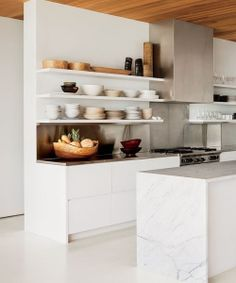 Bella cocina moderna en blanco y acero con encimera de mármol | Beautiful white kitchen with stain steel details and white marble bench top · ChicDecó