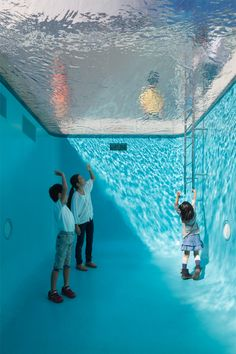 Projektion till utställning (src: Leandro Erlich, Century Museum of Contemporary Art in Kanazawa, Japan, the water in the pool is actually only shallow, supported by a thick layer of transparent glass. Bel Art, Pool Installation, Installation Architecture, Water Art, Museum Of Contemporary Art, Jolie Photo, Art Plastique, Public Art, Oeuvre D'art