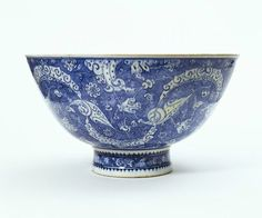 Bowl. Iznik, Turkey, ca. 1510. Fritware, underglaze painted in cobalt blue, glazed. Height: 23.3 cm, Diameter: 43.2 cm. Salting Bequest. Museum number: C.1981-1910 © V Images.