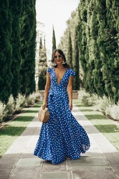 Polka Dot Maxi Dress Styling a polka dot maxi wrap dress at the beautiful Greystone Mansion. How a mansion can exist in the Hollywood Hills blows my mind! Polka Dot Maxi Dresses, Dot Dress, Blue Maxi Dresses, Linen Dresses, Edgy Style, Style Casual, Boho Fashion, Fashion Dresses, Fashion Tips