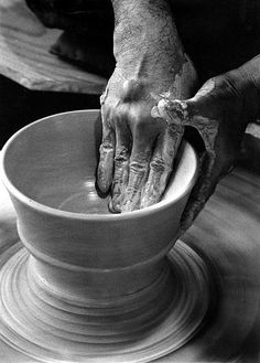 Japanese potter, KATO Tokuro (1897-1985), working on his ceramic. 加藤唐九郎