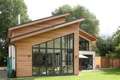 Mono pitched roof- One-sided pitch. Commonly used for modern and Mountain Modern. Roof Architecture, Residential Architecture, Facade House, House Roof, Small Modern Home, Modern Homes, Cedar Homes, Roof Styles, Mountain Modern