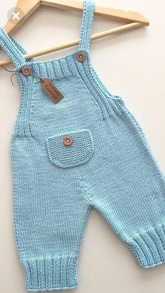 Eerste keer dat ik dit model brei, maar kleur is mijn kleur . Baby Pants Pattern, Crochet Baby Pants, Baby Boy Knitting Patterns, Baby Sweater Knitting Pattern, Knit Baby Dress, Knitted Baby Clothes, Baby Cardigan, Knitting For Kids, Baby Patterns