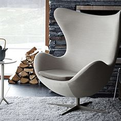 The Egg Chair by Arne Jacobsen dates back to 1958, and features fluid and curved lines.