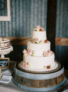 Rustic cake: http://www.stylemepretty.com/texas-weddings/2015/05/18/southern-texas-spring-wedding/ | Photography: Ryan Price - http://ryanpricephoto.com/
