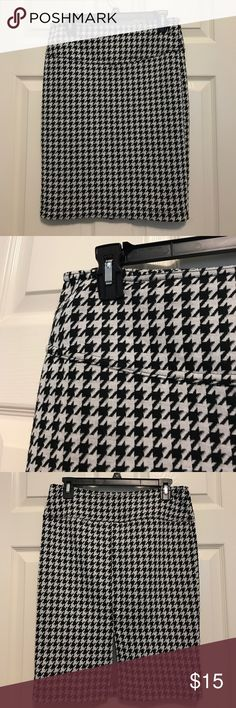 """Houndstooth Skirt EUC. Black and white houndstooth skirt with slit. 21.5 inches in length. Slit is not overlapping and is about 6.5"""". It is 15"""" wide laying flat and does have some stretch. 55% polyester and 45% acrylic material. Catch My i Skirts Midi"""