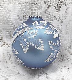 Vánoční ozdoba * modré malované sklo, zdobené kamínky.